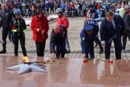 Фото с места события собственное. Почетные гости возложили цветы к Вечному огню. Автор фото: Алина Матвеева. 8 из 19