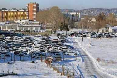 Фото с места события собственное. Арестплощадку для угнанных автомобилей в Иркутске развернули на бывшем аэродроме ИВВАИУ. Автор фото: Оленникова Мария, IrkutskMedia