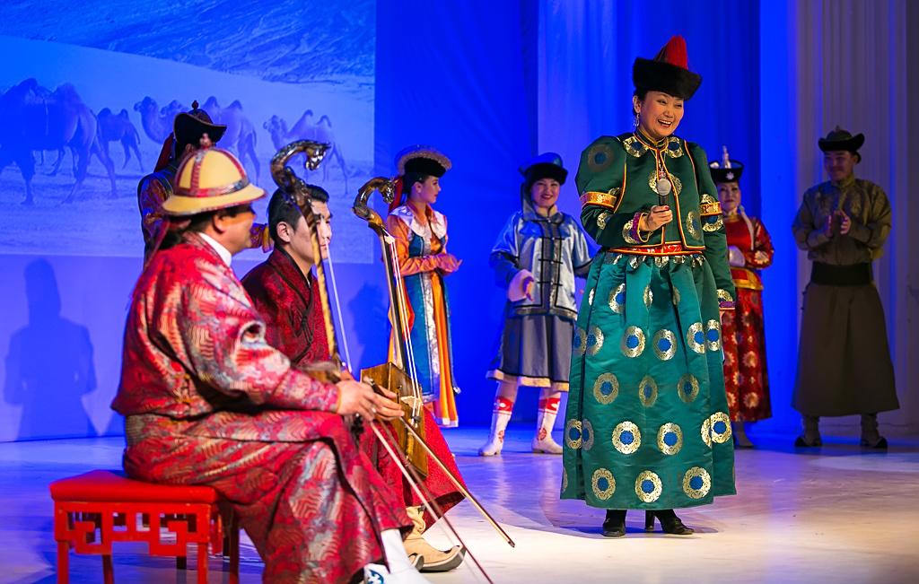Монгольские артисты на сцене Филармонии, Фото с места события собственное