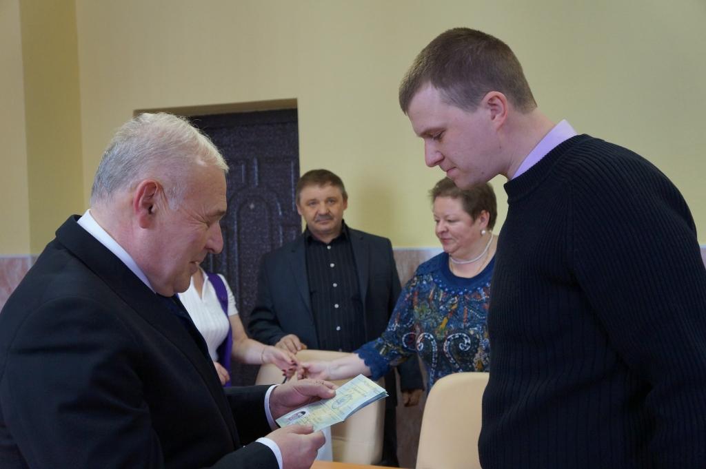 Вручение свидетельства участника программы переселения соотечественников, Фото с места события собственное
